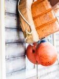 Πορτοκαλιοί σακάκι ζωής και σημαντήρας που κρεμούν έξω Στοκ Εικόνα