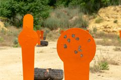 Πορτοκαλιοί στόχοι popper μετάλλων στη σειρά E στοκ φωτογραφία