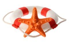 Πορτοκαλής αστερίας και άσπρος-κόκκινο lifebuoy Στοκ εικόνες με δικαίωμα ελεύθερης χρήσης