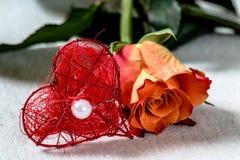 Πορτοκαλής αυξήθηκε με μια κόκκινη καρδιά ένα μαργαριτάρι Στοκ Φωτογραφία