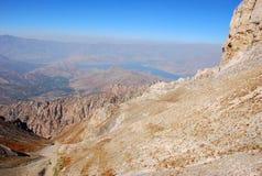 Πορτοκαλής βράχος στο υπόβαθρο του πανοράματος των βουνών της Τιέν Σαν στοκ φωτογραφίες