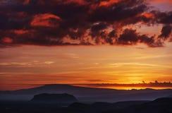 Πορτοκαλής ουρανός πέρα από τα βουνά Στοκ Εικόνα