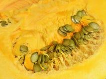 Πορτοκαλής πολτός κολοκύθας με τους πράσινους σπόρους στοκ φωτογραφίες με δικαίωμα ελεύθερης χρήσης