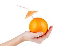Πορτοκαλής χυμός φρούτων έννοιας με την ομπρέλα που απομονώνεται στο λευκό Στοκ φωτογραφία με δικαίωμα ελεύθερης χρήσης