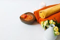 Πορτοκαλής aromatherapy - άλας, σαπούνι, πετσέτες και κεριά λουτρών Στοκ Φωτογραφίες