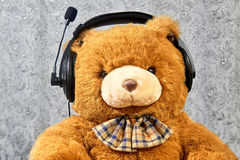 Πορτοκαλής teddy αντέχει τη μουσική ακούσματος στα ακουστικά Στοκ φωτογραφίες με δικαίωμα ελεύθερης χρήσης
