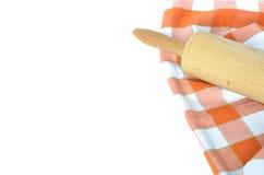 Πορτοκαλί άσπρο ελεγμένο dishcloth και κυλώντας καρφίτσα που απομονώνονται στο λευκό στοκ φωτογραφία