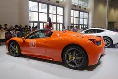 Πορτοκαλί αυτοκίνητο ferrari οπισθοσκόπο Στοκ Φωτογραφίες