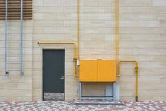 Πορτοκαλί ηλεκτρικό κιβώτιο έξω από το σύγχρονο κτήριο Στοκ Φωτογραφίες