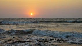 Πορτοκαλί ηλιοβασίλεμα επάνω από την κυματιστή ωκεάνια ακτή απόθεμα βίντεο