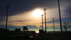Πορτοκαλί ηλιοβασίλεμα ουρανού σκιαγραφιών στοκ φωτογραφίες