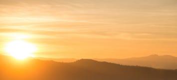 Πορτοκαλί ηλιοβασίλεμα πίσω από τη σειρά βουνών Στοκ εικόνα με δικαίωμα ελεύθερης χρήσης