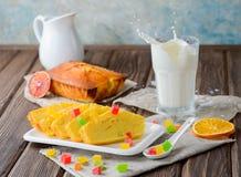 Πορτοκαλί κέικ με τα γλασαρισμένα φρούτα και το γάλα Στοκ φωτογραφίες με δικαίωμα ελεύθερης χρήσης
