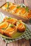 Πορτοκαλί κέικ που ενυδατώνεται στο σιρόπι σε μια κινηματογράφηση σε πρώτο πλάνο πιάτων κάθετος Στοκ Εικόνα