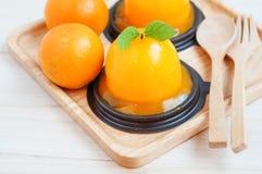 Πορτοκαλί κέικ στο ξύλινο υπόβαθρο Στοκ Εικόνα