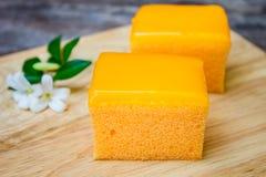 Πορτοκαλί κέικ στο ξύλινο υπόβαθρο Στοκ φωτογραφίες με δικαίωμα ελεύθερης χρήσης