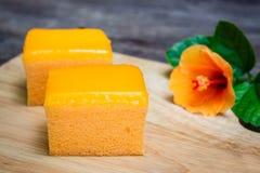 Πορτοκαλί κέικ στο ξύλινο υπόβαθρο Στοκ Εικόνες