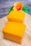 Πορτοκαλί κέικ στο ξύλινο υπόβαθρο Στοκ εικόνες με δικαίωμα ελεύθερης χρήσης