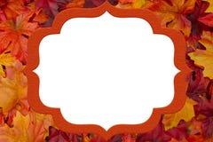 Πορτοκαλί και κόκκινο πλαίσιο φύλλων για το μήνυμα ή την πρόσκλησή σας Στοκ εικόνα με δικαίωμα ελεύθερης χρήσης