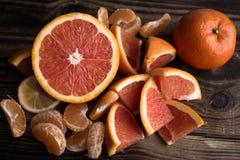Πορτοκαλί κόκκινο μανταρινιών στο ξύλο Στοκ Φωτογραφία