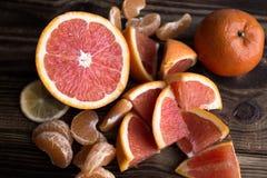 Πορτοκαλί κόκκινο μανταρινιών στο ξύλο Στοκ Εικόνες