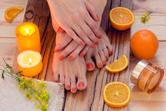 Πορτοκαλί μανικιούρ γύρω από τα πορτοκάλια και τα κεριά Στοκ φωτογραφία με δικαίωμα ελεύθερης χρήσης