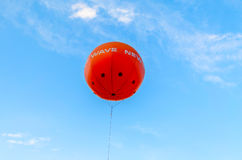 Πορτοκαλί μπαλόνι και ένας νεφελώδης μπλε ουρανός Στοκ εικόνα με δικαίωμα ελεύθερης χρήσης