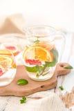 Πορτοκαλί νερό Detox γκρέιπφρουτ και μεντών Στοκ Φωτογραφίες