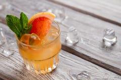 Πορτοκαλί ποτό με τους κύβους πάγου Στοκ φωτογραφία με δικαίωμα ελεύθερης χρήσης