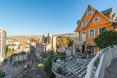 Πορτοκαλί σπίτι που αγνοεί Valparaiso Στοκ Εικόνες