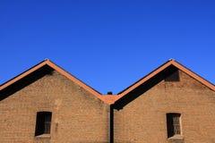 Τουβλότοιχος με το μπλε ουρανό. Στοκ φωτογραφίες με δικαίωμα ελεύθερης χρήσης