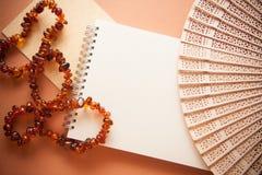 Πορτοκαλί υπόβαθρο με τις ηλέκτρινες χάντρες για το σχέδιο στοκ φωτογραφίες με δικαίωμα ελεύθερης χρήσης