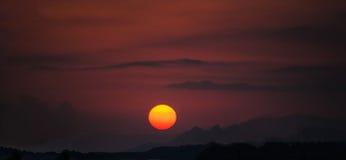 Πορτοκαλί χρώμα λαμπτήρων βουνών ηλιοβασιλέματος Στοκ εικόνα με δικαίωμα ελεύθερης χρήσης