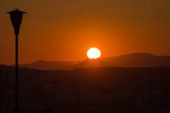 Πορτοκαλί χρώμα λαμπτήρων βουνών ηλιοβασιλέματος Στοκ φωτογραφία με δικαίωμα ελεύθερης χρήσης