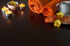 Πορτοκαλί Aromatherapy - άλας λουτρών, σαπούνι, ουσιαστικά έλαια και πετσέτες Στοκ φωτογραφία με δικαίωμα ελεύθερης χρήσης