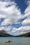 Πορτοκαλί Kyack στο μπλε νερό της λίμνης τόξων κοντά σε Banff Alberts Στοκ φωτογραφία με δικαίωμα ελεύθερης χρήσης