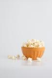 Πορτοκαλί popcorn κύπελλο Στοκ Εικόνα