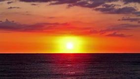 Πορτοκαλιά ανατολή εν πλω με τα κύματα απόθεμα βίντεο