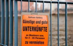 Πορτοκαλιά αφίσσα που προσφέρει τα φτηνά δωμάτια για τους εργαζομένους Στοκ εικόνες με δικαίωμα ελεύθερης χρήσης