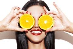 Πορτοκαλιά δαχτυλίδια εκμετάλλευσης γυναικών στα μάτια Στοκ Φωτογραφία