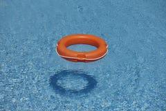 Πορτοκαλιά δαχτυλίδια ζωής στο μπλε νερό Στοκ Φωτογραφίες