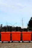 Πορτοκαλιά εμπορευματοκιβώτια απορριμάτων Στοκ φωτογραφία με δικαίωμα ελεύθερης χρήσης