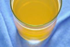 Πορτοκαλιά διάλυση σκονών γεύσης ηλεκτρολυτών σε του γλυκού νερού Στοκ Φωτογραφία