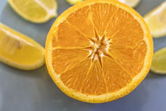 Πορτοκαλιά κινηματογράφηση σε πρώτο πλάνο με τις φέτες λεμονιών Στοκ εικόνα με δικαίωμα ελεύθερης χρήσης
