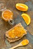Πορτοκαλιά μαρμελάδα στο ψωμί Στοκ εικόνες με δικαίωμα ελεύθερης χρήσης