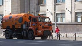 Πορτοκαλιά μηχανή ποτίσματος στην οδό πόλεων Στοκ Εικόνα