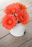 Πορτοκαλιά λουλούδια gerbera στη στάμνα στοκ εικόνες με δικαίωμα ελεύθερης χρήσης