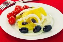 Πορτοκαλιά σαλάτα με τις ελιές, τις ντομάτες και το μάραθο Στοκ φωτογραφία με δικαίωμα ελεύθερης χρήσης