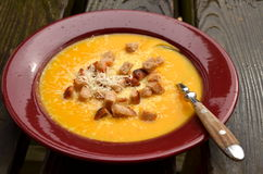 Πορτοκαλιά σούπα κολοκύθας με croutons και την παρμεζάνα Στοκ φωτογραφίες με δικαίωμα ελεύθερης χρήσης