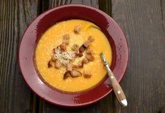 Πορτοκαλιά σούπα κολοκύθας με croutons Στοκ Φωτογραφία